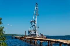 Svirstroy, Россия - 07 07 2018: плавучий кран на койке под конструкцией Преимущество плавучих кранов способность стоковые изображения rf