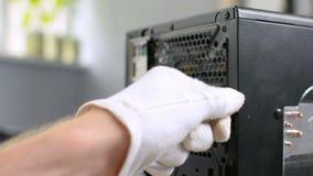 Svitando la cassa con computer personale di smontaggio del PC del perno del bullone di vite passi il primo piano video d archivio