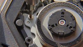 Svitatura della vite Una mano che tiene un cacciavite è installante o riparante le componenti di computer video d archivio