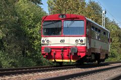 Svitavy, R?publique Tch?que - 20 4 2019 : Le train de voyageurs sur l'itin?raire Ceska Trebova - Brno Locomotive de chemins de fe photos stock