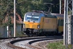 Svitavy, Rep?blica Checa - 20 4 2019: Tren de pasajeros en la ruta Ceska Trebova - Brno Compa??as RegioJet, Siemens del tren imagen de archivo