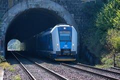 Svitavy, Rep?blica Checa - 20 4 2019: Tren fijado en túnel Tren de pasajeros en la ruta Ceska Trebova - Brno Compañías del tren c fotos de archivo