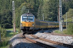 Svitavy, Tschechische Republik - 20 4 2019: Personenzug auf dem Weg Ceska Trebova - Brno Bahngesellschaften RegioJet, Siemens lizenzfreies stockfoto