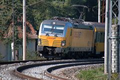Svitavy, Tschechische Republik - 20 4 2019: Personenzug auf dem Weg Ceska Trebova - Brno Bahngesellschaften RegioJet, Siemens stockbild