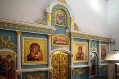 Sviyazhsk, Rússia, o 4 de junho de 2018: Ícones velhos coloridos no templo no iconostasis fotos de stock