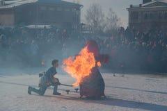 Sviyazhsk, Russie - 26 février 2017 : combustion de l'effigie du ` s d'hiver - événement de Maslenitsa - serrez le regard au rite Image stock