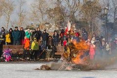 Sviyazhsk, Russie - 26 février 2017 : combustion de l'effigie du ` s d'hiver - événement de Maslenitsa - serrez le regard au rite Images stock