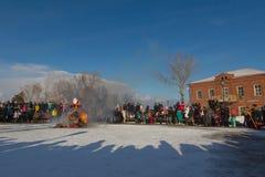Sviyazhsk, Russie - 26 février 2017 : combustion de l'effigie du ` s d'hiver - événement de Maslenitsa - serrez le regard au rite Photos libres de droits