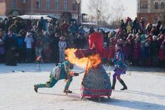 Sviyazhsk, Russie - 26 février 2017 : - combustion de l'effigie du ` s d'hiver - événement firestarting de Maslenitsa - serrez le Image libre de droits