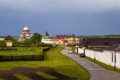 Sviyazhsk Ryssland, Juni 04, 2018: Gata som leder till domkyrkan i namnet av symbolen av modern av guden arkivfoton