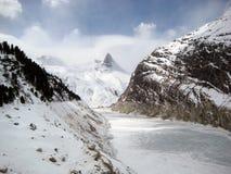 Svizzero Zervreilahorn e lago di sbarramento nell'inverno Immagini Stock
