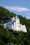 Svjatogorsk Церковь St Nicholas на меле утеса Стоковая Фотография RF