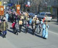 SVOBODNY, РОССИЯ - OKT 11. 2013: Прихожане идут в шествие Стоковое фото RF
