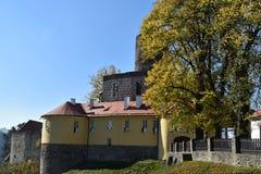 Svojanov slott i höstfärgpalett för republiktown för cesky tjeckisk krumlov medeltida gammal sikt Royaltyfria Bilder