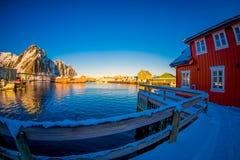 SVOLVAER, LOFOTEN海岛,挪威- 2018年4月10日:一个口岸的美丽的rorbu或渔夫` s房子与一些大厦 库存照片
