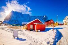 SVOLVAER, LOFOTEN海岛,挪威- 2018年4月10日:美丽的rorbu或渔夫房子室外看法在一个小镇 免版税库存图片