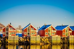 SVOLVAER, ΝΗΣΙΆ LOFOTEN, ΝΟΡΒΗΓΊΑ - 10 ΑΠΡΙΛΊΟΥ 2018: Λιμενικά σπίτια σε Svolvaer, που βρίσκονται στη κομητεία Nordland στο νησί Στοκ Εικόνες