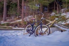 SVOLVAER, ISLAS DE LOFOTEN, NORUEGA - 10 DE ABRIL DE 2018: Vista al aire libre de bycicles viejo-oxidado-abandonados en la nieve  Imagen de archivo