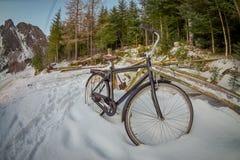 SVOLVAER, ISLAS DE LOFOTEN, NORUEGA - 10 DE ABRIL DE 2018: Vista al aire libre de bycicles viejo-oxidado-abandonados en la nieve  Fotografía de archivo