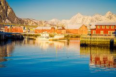 SVOLVAER LOFOTEN-ÖAR, NORGE - APRIL 10, 2018: Hamnhus i Svolvaer som lokaliseras i det Nordland länet på ön Arkivfoton
