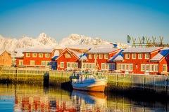 SVOLVAER LOFOTEN-ÖAR, NORGE - APRIL 10, 2018: Utomhus- sikt av hamnhus i Svolvaer, med ett fartyg i kusten Fotografering för Bildbyråer