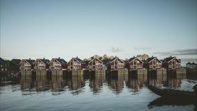 Svolvaer, Noorwegen - September 2018: Huizen op het water met blauwe hemel en wolken Svolvaer is een visserijdorp en stock videobeelden