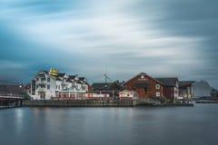Svolvaer, Norvège - septembre 2018 : Bateaux dans le port de bord de mer avec des montagnes à l'arrière-plan Svolvaer est photo stock