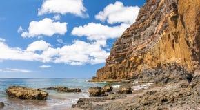 Svärta den vulkaniska stranden för sanden ovanför vägen tenerife för oklarhetsöberg Fotografering för Bildbyråer