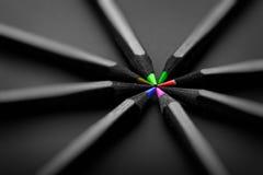 Svärta, färgade blyertspennor, på svart bakgrund, grunt djup av fi Arkivbilder