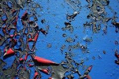 Svullen skalande gammal målarfärg på väggbakgrundstextur arkivbilder