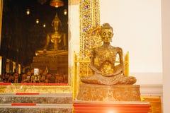 svulten Buddhastaty med thai konstarkitektur i den kyrkliga Wat Suthat templet Royaltyfri Foto