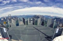 Svuoti cinque dita che osservano la piattaforma in alpi, Dachstein Vista del fish-eye Immagine Stock