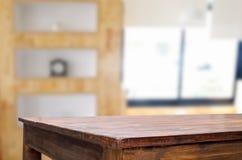 Svuoti del piano d'appoggio di legno su sfuocatura del vetro di finestra di mattina b fotografia stock libera da diritti