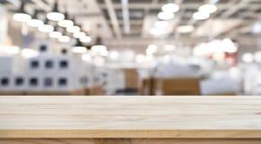 Svuoti del piano d'appoggio di legno sul fondo della fabbrica del deposito della sfuocatura fotografie stock libere da diritti