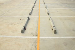 Svuoti di area di parcheggio dell'automobile fatta da calcestruzzo con spazio blu fotografia stock
