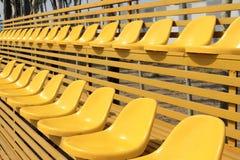 Svuoti i sedili variopinti dello stadio Fotografie Stock