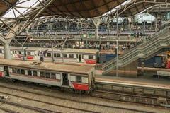 Svuoti i treni al terminale della stazione ferroviaria dell'incrocio del sud Immagini Stock Libere da Diritti