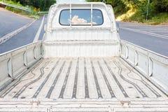 Svuoti i vecchi camion sui pendii della strada giù Fotografie Stock Libere da Diritti