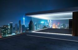 Svuoti il balcone della parete di vetro con la vista dell'orizzonte della città Immagine Stock Libera da Diritti