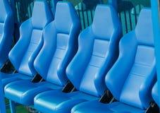 Svuoti il banco blu delle riserve e dell'allenatore su uno stadio di football americano Fotografia Stock Libera da Diritti