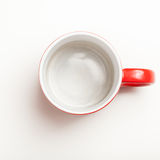 Svuoti il caffè rosso, la tazza del tè, la tazza, vista superiore su bianco Immagini Stock