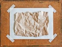 Svuoti il documento sgualcito colore marrone sul pannello truciolare Fotografie Stock Libere da Diritti