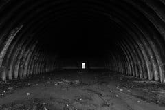 Svuoti il fondo in bianco e nero abbandonato di struttura del capannone Immagini Stock
