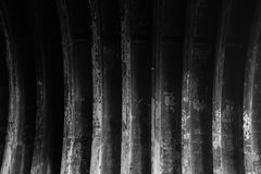 Svuoti il fondo in bianco e nero abbandonato di struttura del capannone Fotografie Stock