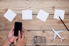Svuoti il Libro Bianco per i vostri testi, con lo smartph usato mano di affari fotografie stock