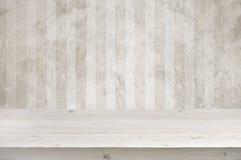 Svuoti il piano d'appoggio di legno delle plance sopra il fondo della parete di lerciume Fotografie Stock Libere da Diritti