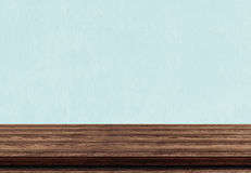 Svuoti il piano d'appoggio di legno marrone su fondo concreto blu Fotografia Stock Libera da Diritti