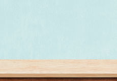 Svuoti il piano d'appoggio di legno marrone su fondo concreto blu Fotografie Stock Libere da Diritti