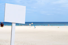 Svuoti il segno bianco alla spiaggia Fotografia Stock