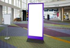 Svuoti il tabellone per le affissioni in bianco nel centro espositivo, la l interno Fotografia Stock